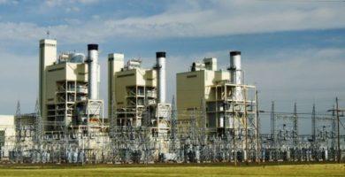 ¿Cómo es suministrada la energía eléctrica a las empresas y otros consumidores?