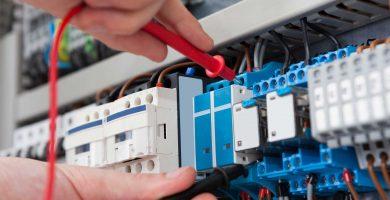 Curso de controles eléctricos en la Sala da Elétrica por el Ing. Éverton Moraes